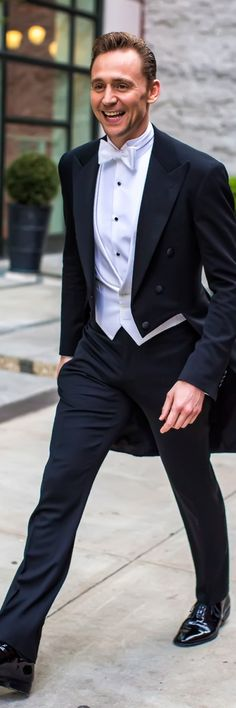Tom Hiddleston smiles for the cameras as he heads to the Met Gala on May 2, 2016. Full size image: http://ww1.sinaimg.cn/large/6e14d388gw1f3i3s84j34j22iv3sce81.jpg Source: Torrilla, Weibo