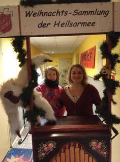 Die Drehorgel wird für die Weihnachtsspendensammlung 2018 der Heilsarmee in Chemnitz in Position gebracht. Kettles, Chemnitz, Make A Donation, Army, Young Adults, Kids