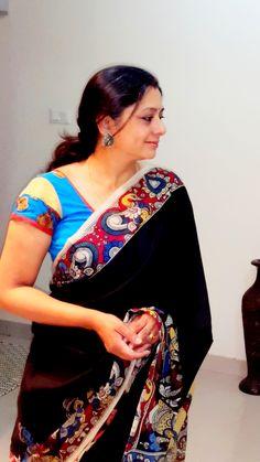 PEN KALAMKARI SAREE  Brʌɪd de'  (Paarvati Kiriyath Bharath) Kalamkari Kurti, Kerala Saree, Indian Sarees, Saree Jewellery, Silver Jewellery Indian, Black Saree, Silk Cotton Sarees, Blouse Patterns, Blouse Designs