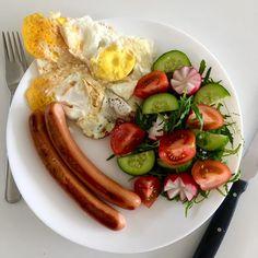 Pork sausages, eggs, arugula, cucumber, tomatoes, radishes / Vepřové párky, vajíčka, rukola, okurka, rajčata a ředkvičky
