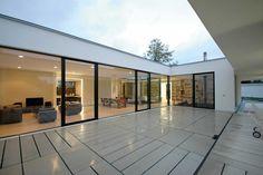 Es lagert wie auf einer Platte, gerahmt von schützenden Scheiben, zwischen denen man von den Terrassen in den Garten treten kann | Osterwold Schmidt ©Matthias Schmidt, Weimar