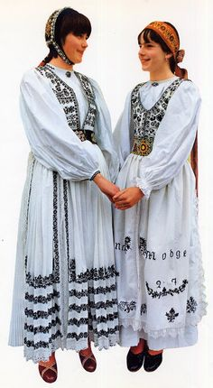 FolkCostume&Embroidery: Overview of the peoples and costumes of Transylvania. Bistritz or Nösnerland North Europe, Ethnic Dress, Folk Costume, People Of The World, Ethnic Fashion, Traditional Outfits, Clothing Patterns, Doll Clothes, Kimono Top