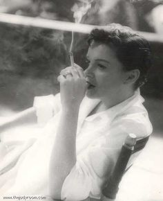 Judy Garland on the set of A Star Is Born, 1954 Golden Age Of Hollywood, Vintage Hollywood, Classic Hollywood, Judy Garland, People Smoking, Liza Minnelli, Chef D Oeuvre, A Star Is Born, Celebs