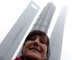 """Tag 5 - unser nächster Tag führte uns nach Pudong, östlich des Flusses Huangpu, ins Finanzviertel Shanhais. Die Wolkenkratzer versinken an diesem Tag im Smog, dennoch erkennt man den """"Flaschenöffner"""" (so der Spitzname des linken Gebäudes). In der Mitte das 421 m hohe Jin Mao Gebäude und ganz rechts das erst Ende 2014 fertiggestellte und nun höchste Gebäude in China."""