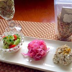 """Çoban Salatası<羊飼いのサラダ> 昔、羊飼いが山に行く時に、サラダの材料を携え、山の中で調理したのでこの名前がついたのだそう。  Kırmız Lahana Salatası<紫キャベツのサラダ> 先日のマリネ食べ切り  NohutSalatası<豆のクリームチーズ和え> クリチ使い切り&可愛い豆ミックスでちょこっと前菜  今宵はいつもお世話になってる母をご招待✨両親の結婚記念日祝いのトルコ料理 - 44件のもぐもぐ - wait a moment☝""""ちょっとこれで待っててねチョバン・サラタス,クルムズ ラハナ サラタス,ノフット・サラタス by honeybunnyb"""