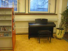 Risteillessäni hyllyjen välissä törmäsin pianoon? Onko tämä käyttöesine vai koriste? Onko tätä ollenkaan promottu ihmisille? (saako edes käyttää kun on lehtien luku pöytien vieressä)