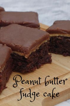 Peanut butter fudge cake is a very moist and gooey homemade chocolate cake. This cake can be made beforehand with simple ingredients and simple instructions. Homemade Cake Recipes, Delicious Cake Recipes, Yummy Cakes, Dessert Recipes, Dessert Bars, Easy Chocolate Pie, Homemade Chocolate, Chocolate Cakes, Chocolate Recipes