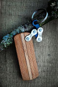 Porte-clefs en bois avec attache chaîne de vélo.