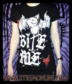 Últimas unidades de la Camiseta Bite Me :) Toda la información sobre este producto aquí: http://www.xtremonline.com/es/tops-manga-corta/2722-batty-bite-camiseta-evil-clothing-cupcake-cult-xt3922.html XTREM - Tu Tienda de Confianza en Internet www.xtremonline.com
