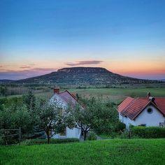 """2,377 kedvelés, 6 hozzászólás – ᴄsᴏᴅᴀʜᴇʟʏᴇᴋ ʙʏ ᴋᴀᴘʀɪɴʏᴀ́ᴋ ɴɪᴋɪ (@csodahelyek.hu) Instagram-hozzászólása: """"📌 Szigligeti színkavalkád 👉🏻 Csodahelyen jártál? Használd Te is a #csodahelyekmagyarországon…"""" Mountains, Nature, Travel, Instagram, Naturaleza, Viajes, Destinations, Traveling, Trips"""