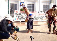 HERMOSILLO, Son. (apro).- Integrantes de la etnia yaqui bailaron frente al Palacio de Gobierno la tradicional Danza del Venado para exigir la aparición con vida de los 42 normalistas de Ayotzinapa,...