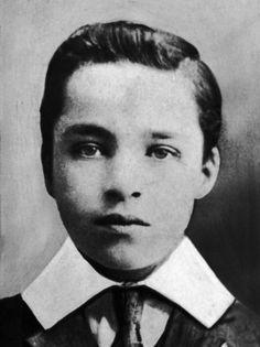 harles Spencer Chaplin wurde am 16. April 1889 in London geboren. Seine Eltern standen beide als Entertainer in Musikhallen auf der Bühne. Kurze Zeit später trennte sich das Paar, und die finanzielle Situation der alleinerziehenden Mutter stürzte die Familie in die Armut. Chaplins Vater starb als Alkoholiker, die Mutter wurde mehrfach in eine Psychiatrie eingewiesen, so dass der junge Charlie Chaplin oft auf sich alleingestellt durchkommen musste. Das Bild zeigt ihn 1901.