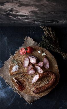 Cârnaţii de casă sunt consumaţi mai des în sezonul rece şi nu pot lipsi de pe mesele de sărbători ale românilor. Pregătiţi după reţete tradiţionale, cârnaţii de casă din carne de porc te atrag prin savoare, echilibru între carnea macră şi grasă, precum şi prin simplitatea amestecului de condimente. Consistenţa robustă, gustul subtil de usturoi şi nota delicată a fumului de lemn ars de cireş,măr sau prun sunt caracteristicile definitorii ale unui produs tradiţional de bună calitate. Moth, Insects