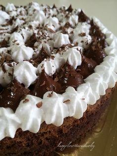 Crostata al cioccolato. Sablée e biscuit al cioccolato fondente con cremoso al cioccolato fondente e crema chantilly.