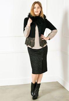 Дизайнер Elena Miro создает модную одежду для полных женщин. В ее новой осенней коллекции трендовые цвета холодного сезона - от теплого желтого до серого и песочного коричневого, женственные силуэты и одежда на все случаи жизни будь то прогулка по городу в осеннем пальто, офисный день в строгом платье или загородный отдых в спортивном стиле.