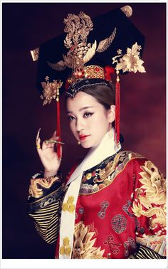 Chinese dress of Qing Dynasty. Style Oriental, Oriental Fashion, Asian Fashion, Ancient China Clothing, Shanghai Girls, Ancient Beauty, Dress Drawing, Chinese Clothing, Chinese Dresses