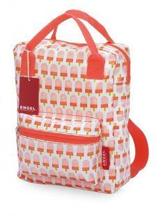 Mit diesem Rucksack gehen die Kleinen doch fast gerne in die Schule. Kein Wunder, denn mit einer dieser tollen Taschen ist man ganz sicher der Coolste auf dem Schulhof. Bei uns findest du diesen und andere Rucksäcke in verschiedenen Muster- und Farbvariationen.