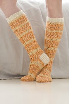 These lovely lace socks showcase the colours of our brand new 7 Veljestä Aurora yarn. The ribbed cuff as well as the heel flap are knitted with the single-coloured 7 Veljestä yarn. Lace Socks, Wool Socks, My Socks, Knitting Videos, Loom Knitting, Knitting Socks, Crochet Shoes, Crochet Slippers, Free Knitting Patterns For Women