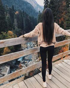 Очень рада, что посетила Домбай именно осенью, голова кружилась от увиденного. Думала, что прийдется ехать или идти за такими видами, но там такая красота повсюду. На фото обычный мост через речку.