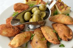An assortment of typical Spanish tapas, from left clockwise: Chicken croquettes (croquetas), potato egg bites (tortilla española), beef turnovers (empanadillas), and green olives (aceitunas). Spanish Dishes, Spanish Cuisine, Spanish Tapas, Spanish Food, Mexican Tapas, Menu Tapas, Tapas Party, Tapas Platter, Tapas Dinner