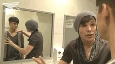 Zayn and Louis randomly in the bathroom... nothing to see here. {gif}