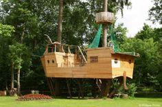 Les cabanes de Combrailles proposent des hébergements dans les arbres. Optez pour la cabane du pirate ! Unique en France, en forme de bateau, elle peut accueillir jusqu'à 6 personnes, avec une terrasse à 3 mètres et une seconde à 5 mètres. Vous serez le capitaine du navire avec votre équipage de pirates.