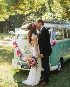 Ai ai ai.... Que coisa mais linda  hoje tem Kombis e mais Kombis no http://ift.tt/1gYI3tO. Corre lá!  Finch and Oak. #casamento #Kombi #noiva #anoivadebotas #inspiraçãodecasamento by anoivadebotas