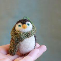 een pinguin met een sjaaltje om