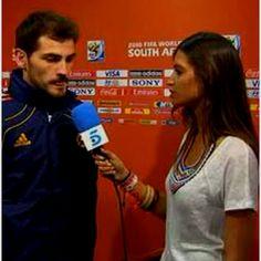 Casillas emocionado por ser campeão do mundo beija a entrevistadora e namorada Sara Carbonero em directo.