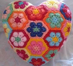 La Signora delle Idee: African Flowers Granny mania: cuscini a forma di cuore!