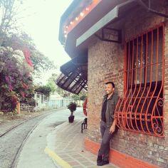 Esperando el tren de las 4: 00 pm en Barrio Escalante. Directo a San Pedro sin estrés /Waiting for the train to San Pedro without stress/Esperando o trem para San Pedro sem estresse. .📷 #my #friend @migue_bb . . . . . . . . #foodies #foodie #waiting #trend #boy  #pop #go #sun #sunny #love  #men  #loveme #lover #lovemyfollowers #gay #youtube #imjournalist #travelphotography #traveler #pop #costarican #follow4follow #streetstyle #trending #followme #party #instagram #travel #mensfashion