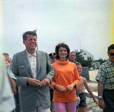 JFK and Jackie Kennedy in Hyannis Port on July Jackie Kennedy, Les Kennedy, Jaqueline Kennedy, Carolyn Bessette Kennedy, Southampton, Bespoke, Familia Kennedy, Hyannis Port, John Junior