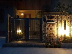 格子状の門扉、そして壁のスリッドから光を中へ射し込むデザインに。