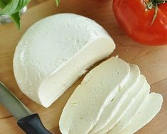 Cheese, mozzarella, whole milk. TOMATOES WITH FRESH MOZZARELLA AND. On 6 salad plates, overlap tomato slices and Mozzarella cheese in an attractive pattern. Do It Yourself Food, Good Food, Yummy Food, Healthy Food, Fresh Mozzarella, Mozzarella Homemade, Mozzarella Cheese Recipe, Quark Cheese, Cheese Food