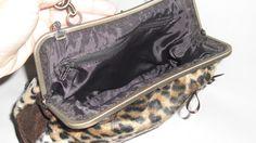 Interior de bolso estampado de leopardo con boquilla.