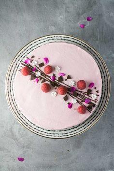 Hindbærmousse-kage med chokolade fra Bageglad Gelato Cake, Fudgy Brownies, Edible Art, Creme Brulee, Tiramisu, Red Velvet, Mousse, Cheesecake, Cupcake