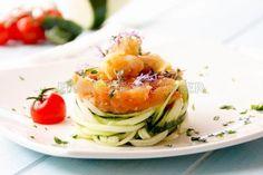 tallarines de calabacín con tomate y gambas  Ingredientes (4 personas) 400 g de calabacín cortado como tallarines 100 g de gambas peladas 300 g de tomate maduro 1 diente de ajo 30 ml de aceite de oliva virgen extra 5 g de sal 5 g de azúcar 2 g de pimienta blanca 2 g de orégano fresco - See more at: http://www.consumer.es/web/es/alimentacion/recetas/2017/02/17/225013.php?utm_source=myTaste&utm_medium=Referral&utm_campaign=App#sthash.QDh9wY3N.dpuf