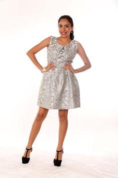 Vestido corto formal, con falda abullonada, en Brocado Metálico importado . Disponible en tallas XS, S, M, L y XL.