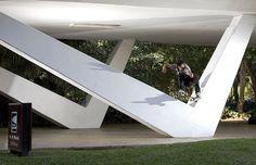 """Mario Marques pulando os famosos pilares em """"V"""" da Marquise do Parque do Ibirapuera (foto: Eduardo Braz)"""