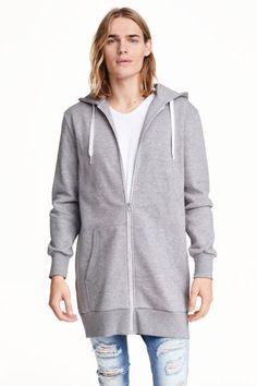 ロングスウェットパーカ: 丈の長いスウェットパーカ。フードはジャージー素材の裏地付きで、ドローストリング入り。フロントジップ。サイドポケット付き。袖口と裾はリブ切り替え。裏起毛。