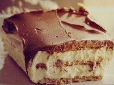 Habos, csokoládés finomságra vágysz, de nincs időd sütni? Akkor próbáld ki ezt a fenséges receptet! Hozzávalók: 500 g háztartási keksz 2 tasak instant vaníliakrém (Dr. Oetker) 8 dl tej 3 dl habtejszín A tetejére: 5 evőkanál kakaópor 10...