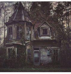 Beautiful old abandoned house Old Abandoned Houses, Abandoned Castles, Abandoned Buildings, Abandoned Places, Abandoned Malls, Abandoned Vehicles, Abandoned Train, Creepy Houses, Spooky House