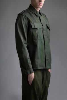 Vintage military men's shirt and sweatpants. Military Men, Military Fashion, Military Shirt, Military Style, Mens Fashion Summer Outfits, Olive Shirt, One Step, American, Menswear