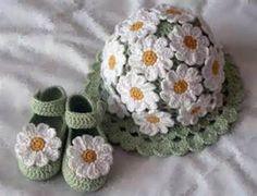 Hübsches Baby Set besteht aus Mütze und Schuhen.In Lindgrün mit Margheriten Blumen beschmückt.