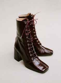 Crushed patent leather boots over the ankle with laces and a wide seventies heel. Buy Shoes, Me Too Shoes, Moda Disney, Shoe Boots, Ankle Boots, Narrow Shoes, Patent Leather Boots, Leather Sandals, Kinds Of Shoes