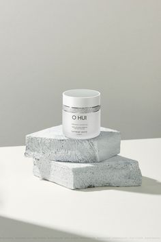 Beauty product for face skin, pieces of marble against white background Photography Branding, Creative Photography, Cream Aesthetic, Photography Website, Product Photography, Cosmetic Design, Peeling, Homemade Beauty Products, Commercial Photography