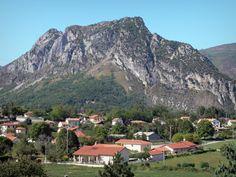 Tarascon-sur-Ariège: Huizen aan de voet van de berg - France-Voyage.com