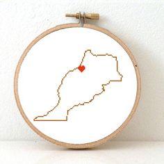 Dit is een minimalistisch borduurpatroon van de kaart van Marokko, met een hart voor de hoofdstad: Rabat. Maak een kado voor een vriend of gebruik als decoratie in je huis. Je kunt het leuk combineren met onze andere landenpatronen om te laten zien waar in de wereld je geweest bent. Dit
