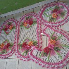 Jogo de banheiro Bathroom Sets, Tissue Holders, Crochet Baby, Crochet Patterns, Basket, Holiday Decor, Crocheting, Crochet Doily Rug, Knitted Slippers