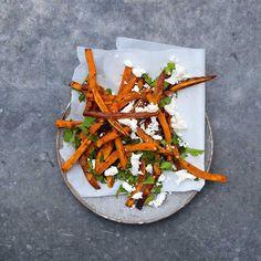 Wie is er niet gek op frietjes? Vervang de oer-Hollandse aardappel eens door zoete aardappel - verrassend lekker! We geven je 't recept, met heerlijke topping!